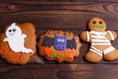 Galletas de Halloween con las decoraciones divertidas hechas de la confitería m imágenes de archivo libres de regalías