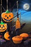 Galletas de Halloween en un árbol contra el cielo nocturno Imagenes de archivo