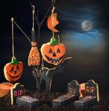 Galletas de Halloween que cuelgan en un árbol en el cielo nocturno Foto de archivo