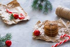 Galletas de harina de avena atadas con la secuencia en concepto de la Navidad del papel del arte fotografía de archivo libre de regalías