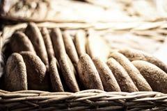 Galletas de harina de avena frescas en fondo borroso foto de archivo