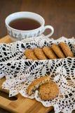 Galletas de harina de avena hechas en casa con las pasas GALLETAS SANAS Taza de la mañana de té con las galletas de harina de ave Imagen de archivo