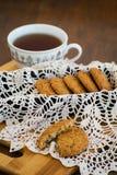 Galletas de harina de avena hechas en casa con las pasas GALLETAS SANAS Taza de la mañana de té con las galletas de harina de ave Fotografía de archivo libre de regalías
