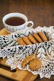 Galletas de harina de avena hechas en casa con las pasas GALLETAS SANAS Taza de la mañana de té con las galletas de harina de ave Imagenes de archivo