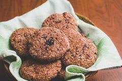 Galletas de harina de avena hechas en casa del chocolate con las semillas de sésamo blancas y negras foto de archivo