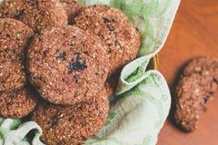 Galletas de harina de avena hechas en casa del chocolate con las semillas de sésamo blancas y negras fotografía de archivo libre de regalías