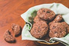 Galletas de harina de avena hechas en casa del chocolate con las semillas de sésamo blancas y negras imagenes de archivo