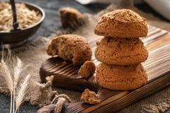 Galletas de harina de avena primer, desayuno de la mañana, aún vida con el bisc Fotografía de archivo