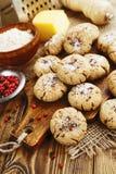 Galletas de harina de avena de la sal con queso y pimienta foto de archivo libre de regalías