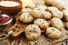Galletas de harina de avena de la sal con queso y pimienta Foto de archivo