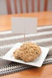 Galletas de harina de avena en forma de corazón con la muestra Fotografía de archivo