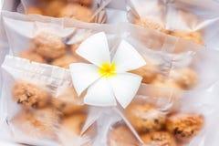 Galletas de harina de avena en paquete de la bolsa de plástico con la decoración de la flor Imagen de archivo libre de regalías