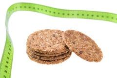 Galletas de harina de avena en un fondo de un metro a la medida Dieta para la pérdida de peso Fotos de archivo libres de regalías