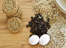 Galletas de harina de avena frescas con los ingredientes de la hornada Fotografía de archivo