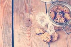 Galletas de harina de avena hechas a mano en un tarro en un estilo del vintage Imagen de archivo libre de regalías