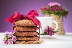 Galletas de harina de avena y taza de café Foto de archivo libre de regalías