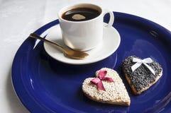Galletas de la boda con una taza de café en la placa azul Fotos de archivo