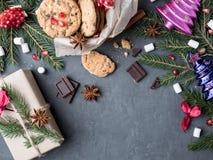 Galletas de la caja de regalo con el espacio de Toy Grenades Copy del árbol de Navidad del chocolate Fotografía de archivo