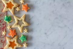 Galletas de la estrella desde arriba en el mármol Imagenes de archivo