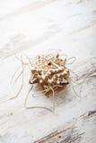 Galletas de la formación de hielo del pan de jengibre con el cordón del oro Foto de archivo
