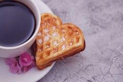 Galletas de la galleta en la forma del corazón con la taza de café en el fondo de madera para el día de tarjetas del día de San V imagen de archivo