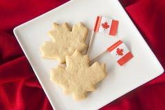 Galletas de la hoja de arce con las banderas canadienses Fotos de archivo libres de regalías