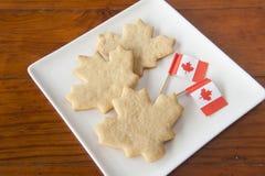 Galletas de la hoja de arce y banderas de Canadá Imagen de archivo