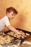 Galletas de la hornada del niño del panadero Fotografía de archivo