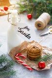 Galletas de la leche y de harina de avena para Santa Claus imagen de archivo libre de regalías