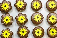 Galletas de la melcocha con las flores amarillas Fotografía de archivo libre de regalías