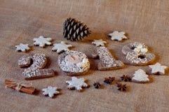 Galletas de la miel del día de fiesta estilizadas como números de madera 2, 0, 1, 8 y estrellas poniendo cerca de los conos del p Fotografía de archivo