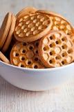Galletas de la miel en un cuenco foto de archivo
