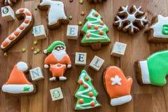 Galletas de la Navidad adornadas con la formación de hielo coloreada imagenes de archivo