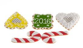 Galletas 2016 de la Navidad, bastones de los pares y dos corazones Fotografía de archivo libre de regalías