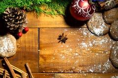 Galletas de la Navidad con la decoración festiva Imágenes de archivo libres de regalías