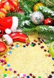 Galletas de la Navidad con el confeti, ramita del pino, bolas de la Navidad Fotografía de archivo libre de regalías