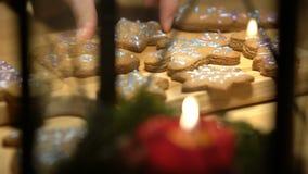 Galletas de la Navidad con el ingrediente de la hornada almacen de metraje de vídeo
