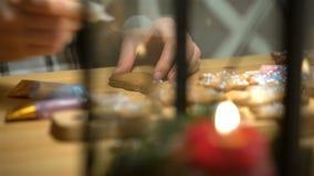 Galletas de la Navidad con el ingrediente de la hornada almacen de video
