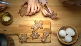 Galletas de la Navidad con el ingrediente de la hornada metrajes
