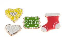 Galletas 2016 de la Navidad con los corazones y la bota roja en el fondo blanco Imagen de archivo libre de regalías