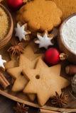 Galletas de la Navidad, decoraciones y especias clasificadas, visión superior Imagen de archivo libre de regalías