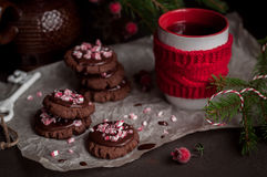 Galletas de la Navidad del chocolate con el bastón de caramelo machacado Imágenes de archivo libres de regalías