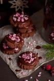 Galletas de la Navidad del chocolate con el bastón de caramelo machacado Imagenes de archivo