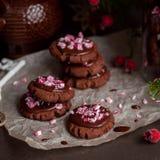 Galletas de la Navidad del chocolate con el bastón de caramelo machacado Fotografía de archivo libre de regalías