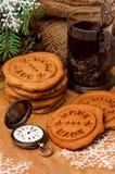 Galletas de la Navidad del pan de jengibre, reloj del suizo del vintage, té Imagen de archivo libre de regalías