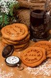 Galletas de la Navidad del pan de jengibre, reloj del suizo del vintage, té Imagen de archivo