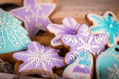 Galletas de la Navidad del pan de jengibre, copos de nieve un gingerman Palillos hechos punto de la bufanda y de canela 2019 Años Fotografía de archivo