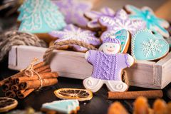 Galletas de la Navidad del pan de jengibre, copos de nieve un gingerman Palillos hechos punto de la bufanda y de canela 2019 Años Imagenes de archivo