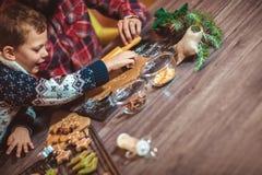 Galletas de la Navidad del pan de jengibre de la hornada del padre y del hijo imagen de archivo libre de regalías