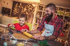 Galletas de la Navidad del pan de jengibre de la hornada del padre y del hijo imagenes de archivo